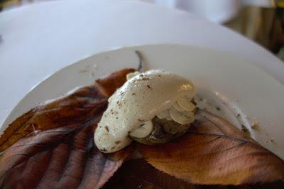 Pâté aux baies de genièvre sur un toast de champignons de Paris à la mousse de lait résinée restaurant Pavillon Ledoyen Paris.