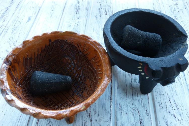 molcajetes de barro y de piedra volcánica
