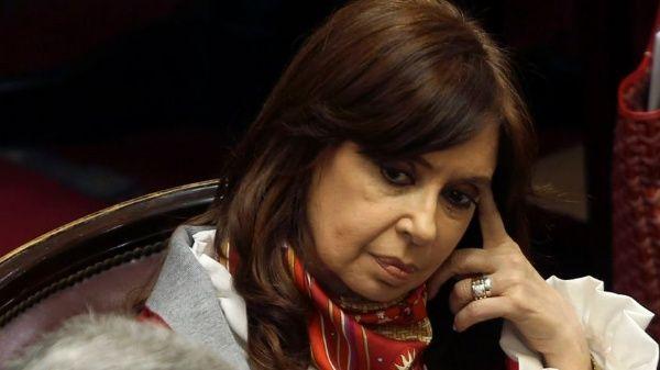 Cristina Fernández condena allanamiento de su residencia y denuncia robo de sus pertenencias
