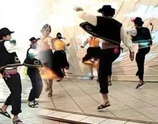 Foto de jóvenes bailando la danza Vaqueros de Puquina