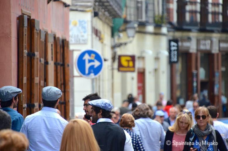 Fiestas de San Isidro en Madrid マドリードのサン·イシドロ祭りでバル街を歩く人たち