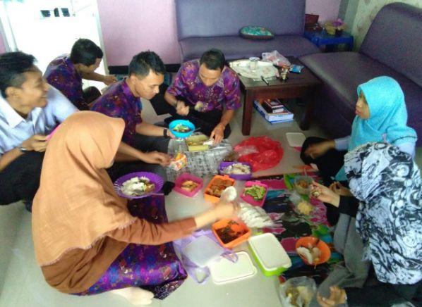 Bancakan Bareng Rekan Kerja di Ruang Kerja Serasa Rumah Mertua