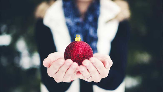 5 Money-Smart Ways to Give Back This Holiday Season