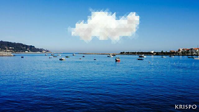 una nube pixelada sobre el mar en hondarribia en un día claro