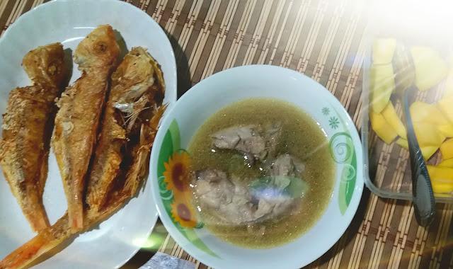 Menu Makan Tengahari Kerisi Goreng Kunyit Dengan Sup Ayam
