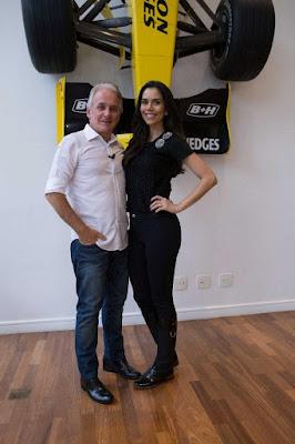 Otávio Mesquita e Daniela Albuquerque posam ao lado do carro de Fórmula 1 - Crédito Foto: Divulgação RedeTV!