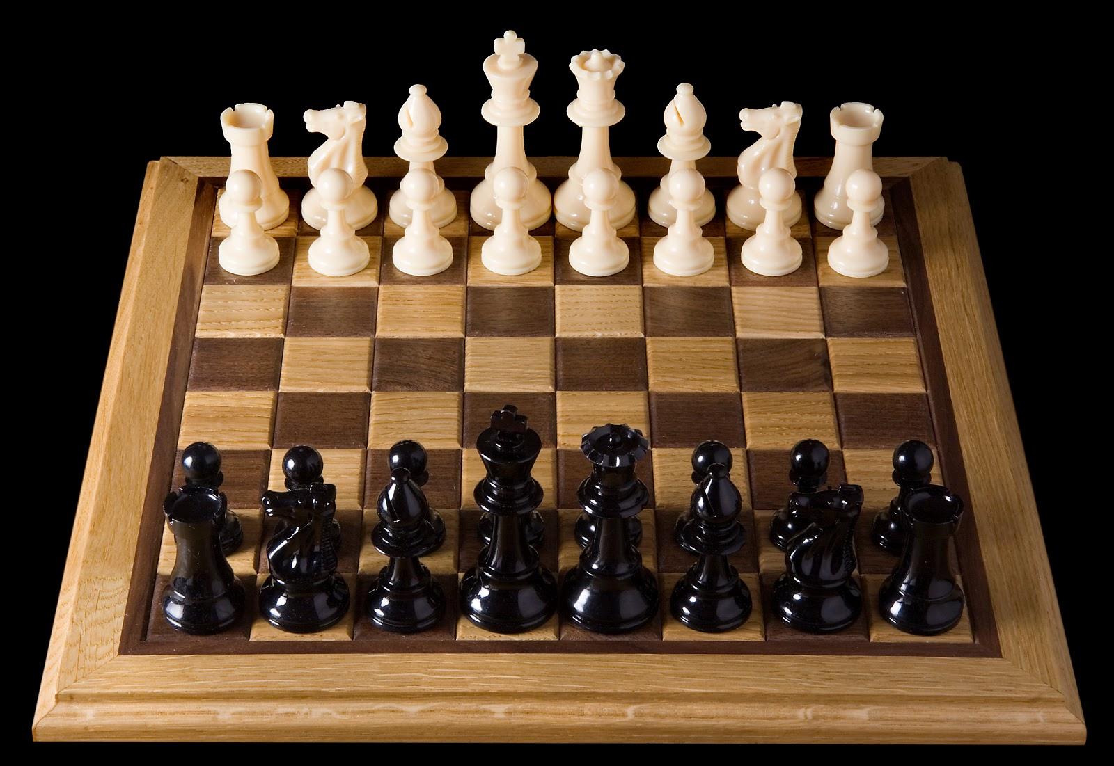 対局前の白と黒の駒が分かれて並んでいるチェス盤