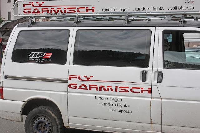 Internationale Hochzeit mit Gleitschirmflug des Bräutigams, Riessersee Hotel Garmisch-Partenkirchen, besondere Trauungen, Hochzeit in Bayern, #Riessersee #Garmisch #Gleitschirm #Hochzeit #Tandemflug #heirateninbayern
