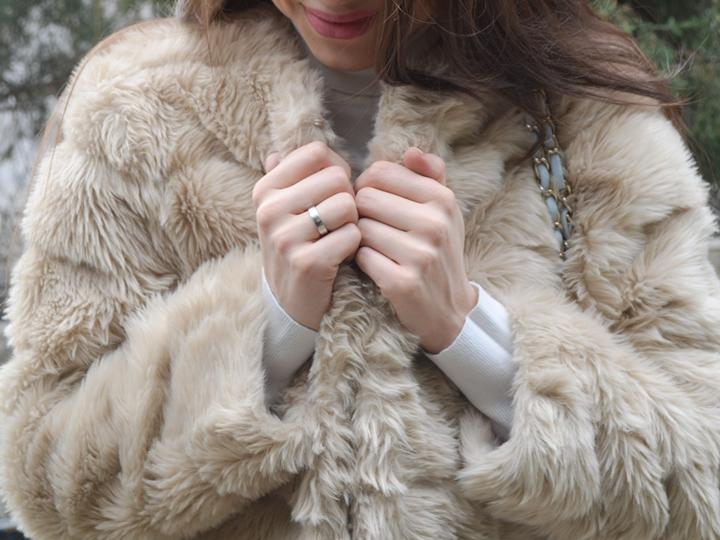 diyorasnotes_fashion_blogger_fur_white_tutleneck_stree_style
