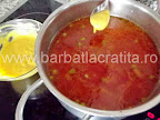 Supa de mazare preparare reteta - turnam galustele cu lingurita in oala