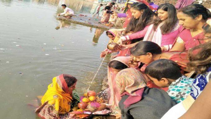 नालंदा के बड़गांव सूर्य तालाब में हजारों छठ व्रतियों नेने दिया अर्घ्य
