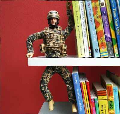 soldado reciclado deteniendo algunos libros.