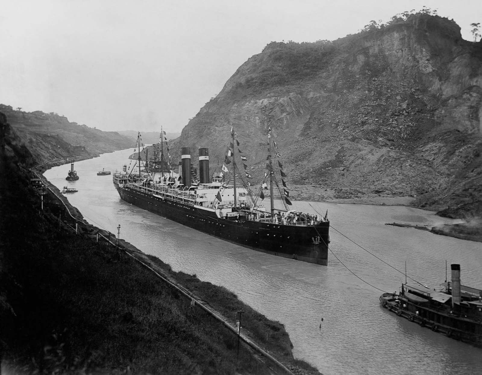 The S.S. Kronland traverses the canal. 1915.