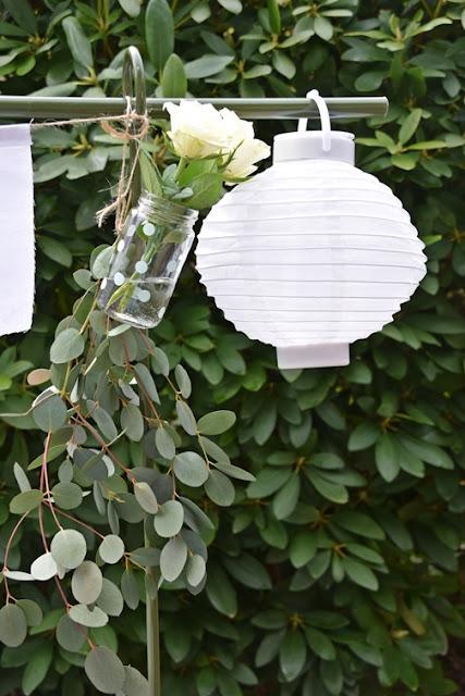 Sommerdeko mit hängender Blumenvase