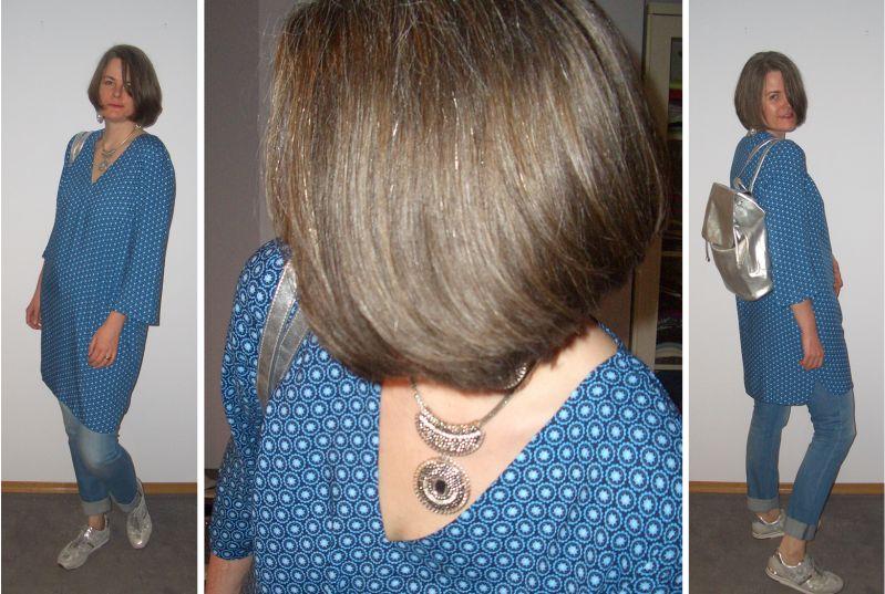 Blau gemustertes Tunikakleid entspannt mit Silber kombiniert