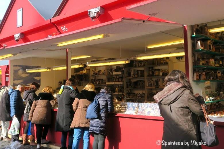 マヨール広場でクリスマスのベレン人形を眺める人々