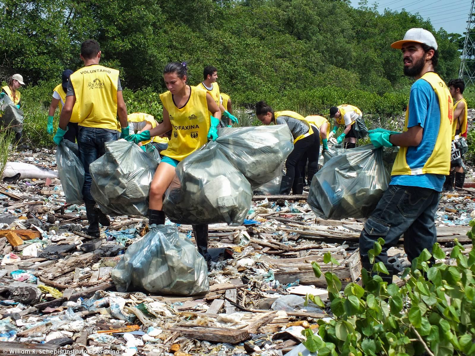 O sol forte e a alta temperatura não diminuiu o ritmo de trabalho dos voluntários.