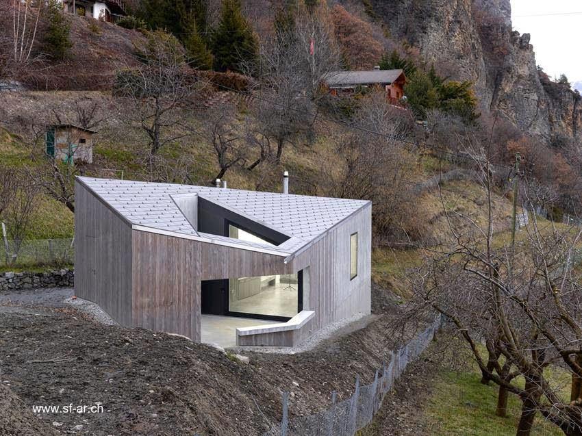 Moderno estudio contemporáneo en ladera de montana en Suiza