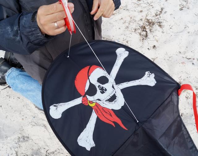 Der Strand von Wendtorf im Naturschutzgebiet Bottsand. Drachen steigen lassen mit unserem tollen Piraten-Drachen aus Dänemark macht Kindern und Erwachsenen Spaß!