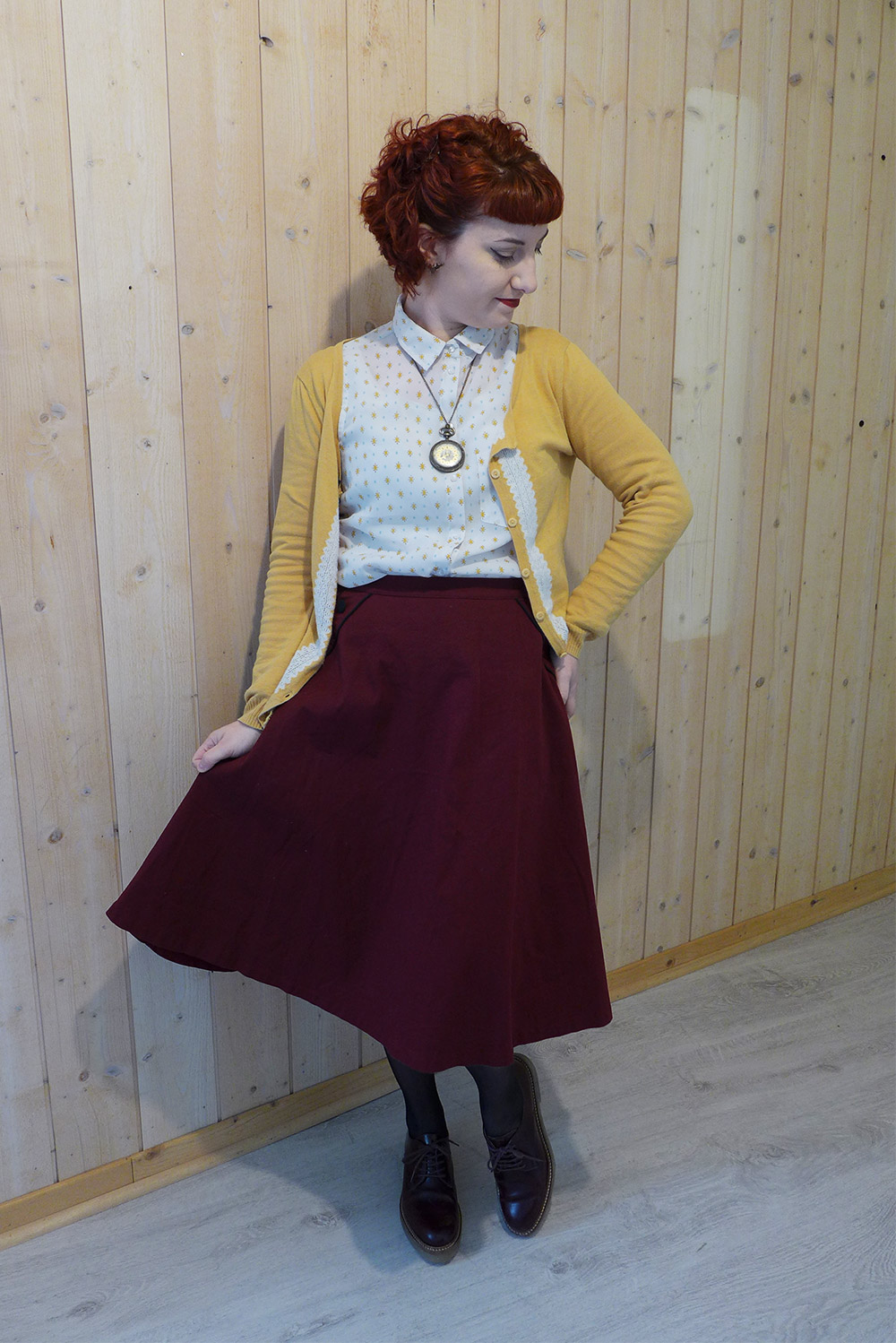 Un look vintage casual couleur jaune prune