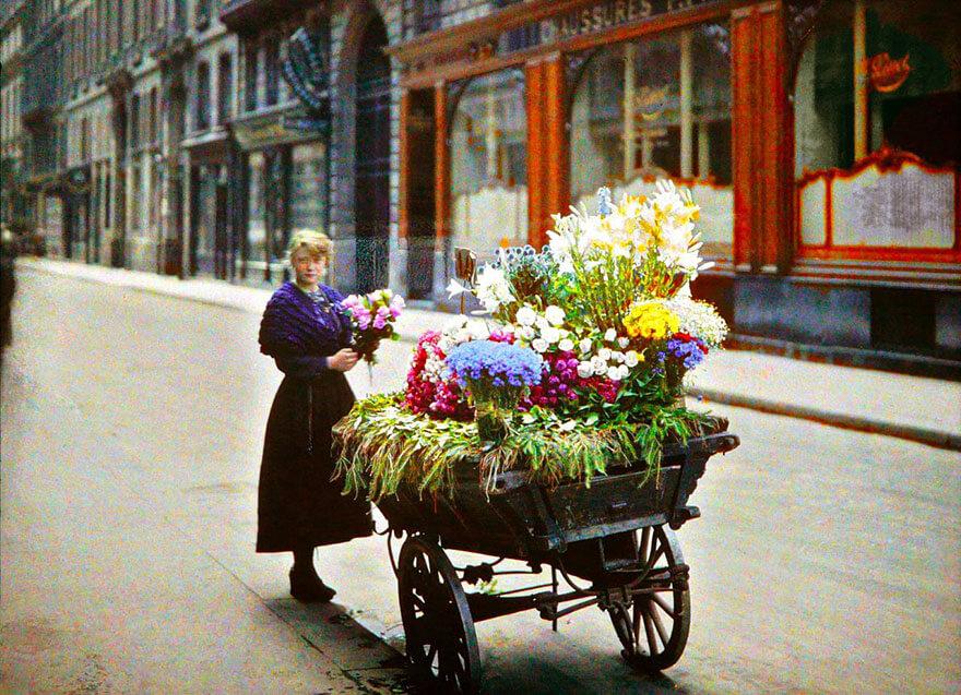 40 Old Color Pictures Show Our World A Century Ago - Flower Street Vendor, Paris, 1914