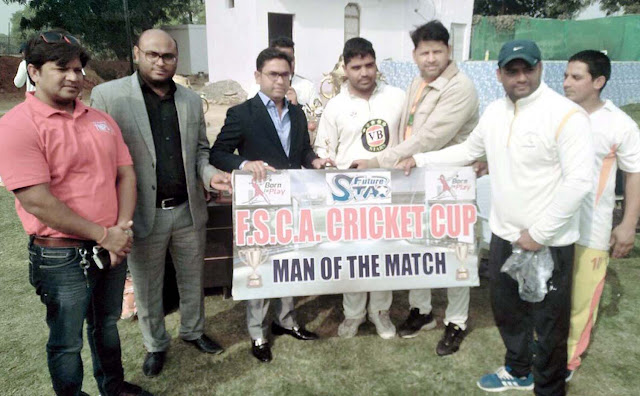 Young BJP leader Sudhir Nagar honored the winners of the cricket competition