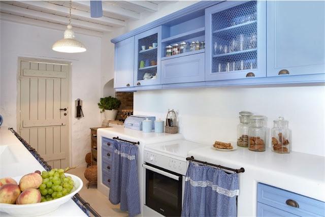 cocina en tonos azules y cortinas en los armarios bajos chicanddeco