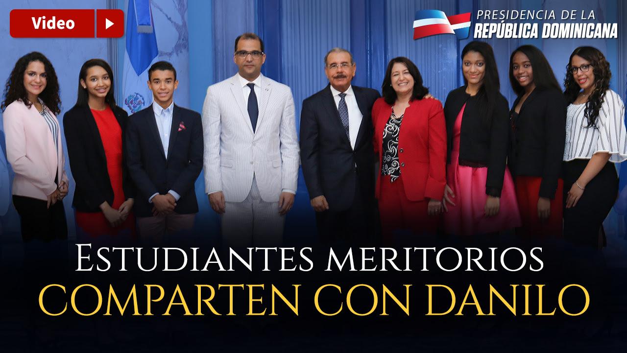 VIDEO: Estudiantes dominicanos meritorios en España comparten su alegría con Danilo Medina