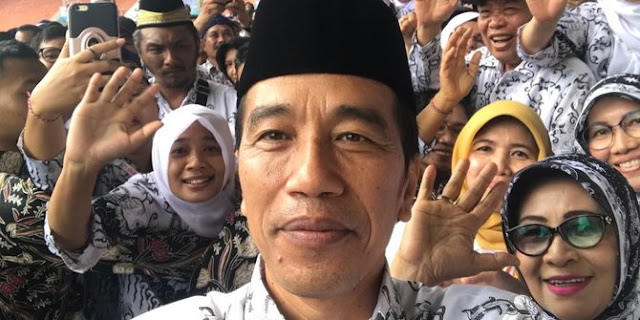 Jokowi Memakai Seragam Guru Untuk  Hadiri HUT ke-73 PGRI