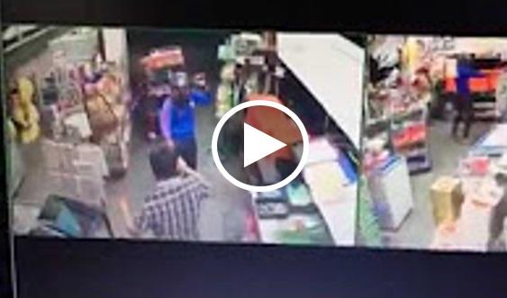 [VIDEO] Kedai Runcit Dirompak, Penjaga Kaunter Kena Tibai Dengan Parang Sampai Lunyai
