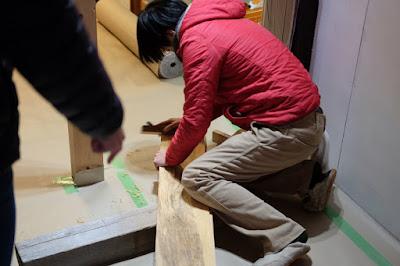 伊那シェアハウス かんなで床板の角をおとします