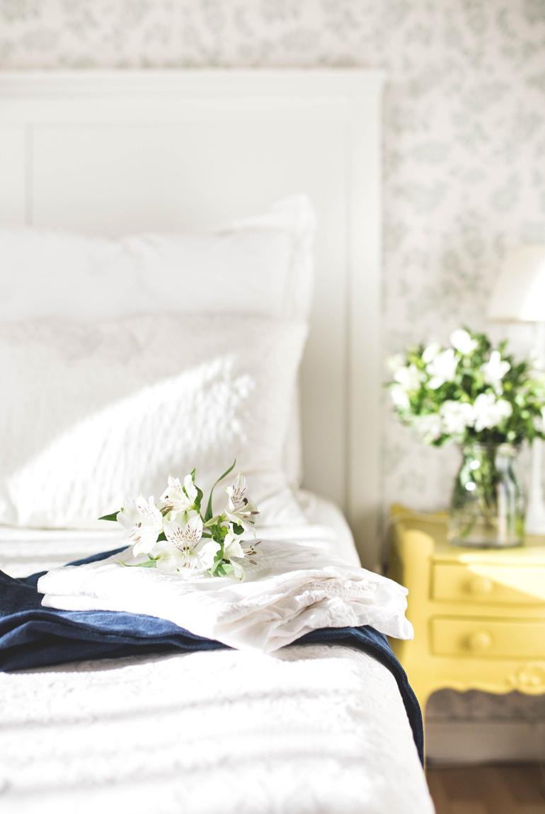 look-otoño-fondo-armario-jeans-clasico-camisa-blanca-flores
