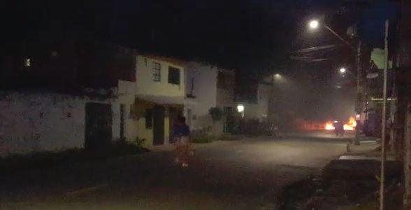 Uma criança de seis anos de idade morreu após ser baleada durante um tiroteio entre criminosos e policiais no bairro Bom Jardim, em Fortaleza, na tarde desta quarta-feira, 25. Na mesma ocorrência, um policial militar (PM) e uma mulher de 55 anos também foram atingidos. As informações são da Secretaria da Segurança Pública e Defesa Social (SSPDS).   A criança chegou a ser conduzida a uma unidade hospitalar no bairro Parangaba, mas não resistiu aos ferimentos. A mulher foi encaminhada a um outro hospital e segue internada. O policial já recebeu alta.   O confronto ocorreu durante uma operação no Bom Jardim, em decorrência de um outro PM que havia sido baleado na madrugada desta quarta. Duas mulheres foram presas e uma arma foi apreendida. O procedimento foi encaminhado à Divisão de Homicídios e Proteção à Pessoa (DHPP).    JÉSSIKA SISNANDO