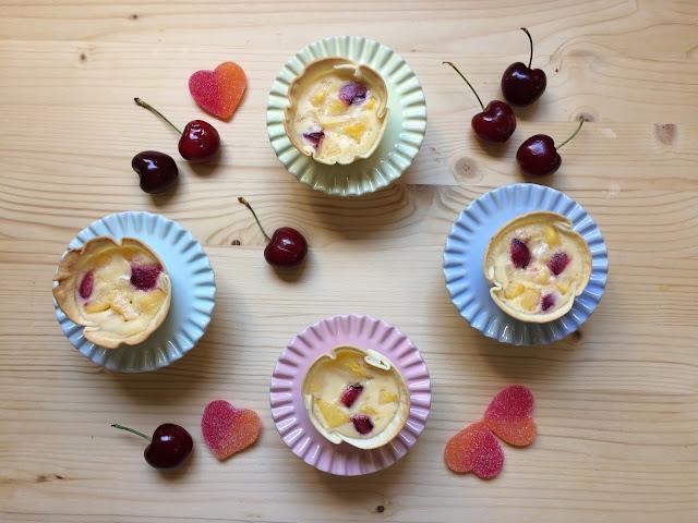 pasteles de vainilla con melocotón y cerezas receta