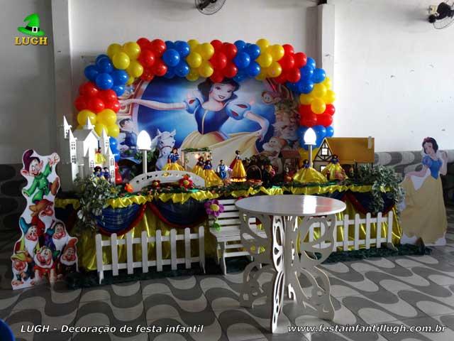 Mesa temática Branca de Neve para festa de aniversário infantil