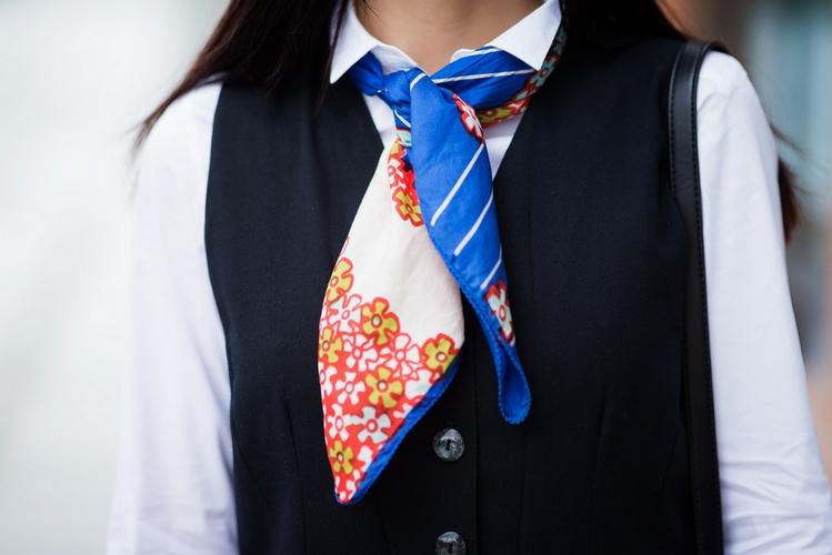 apaszka w eleganckiej stylizacji | gawroszka | apaszka | apaszka jak nosić | kolorowa apaszka | jak nosić apaszkę | blog modowy | blog o modzie | blogerka modowa | blog szafiarski