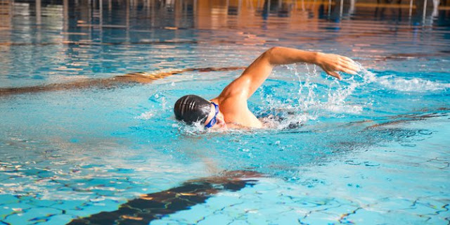 Mana yang Bakar Lebih Banyak Kalori, Lari atau Berenang?