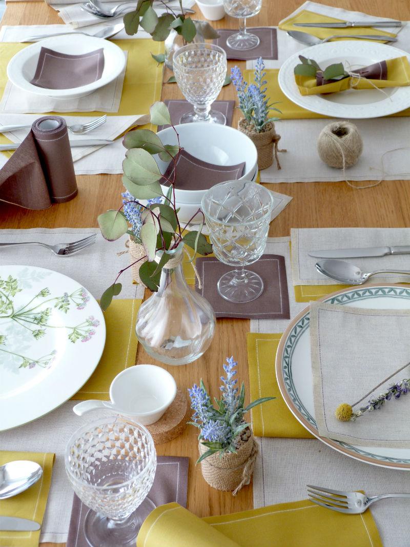 Cómo decorar la mesa de forma especial con servilletas y salvamanteles de tela