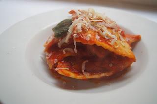 ravioli ripieni di melanzane con pomodoro e ricotta salata