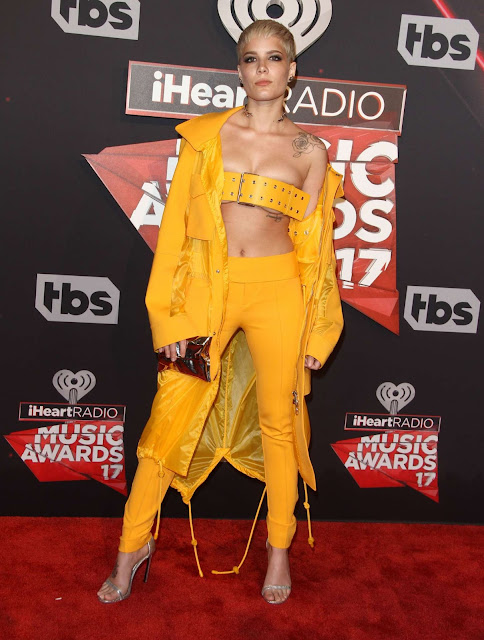 La cantante Halsey usa un cinturón a modo de top