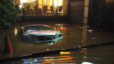 Mobil mewah yang terendam banjir di Kemang pada Sabtu 27 Agustus 2016