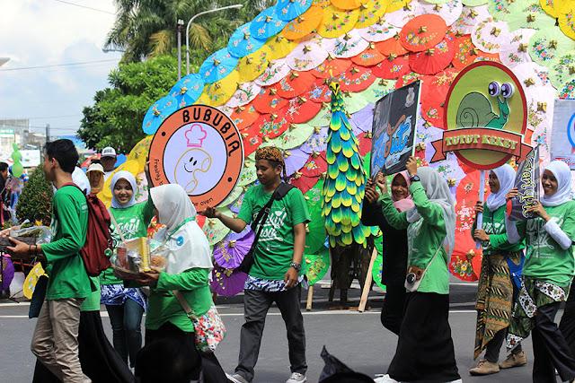 Komunitas Wisata Kuliner Tasikmalaya sebagai salah satu peserta karnaval.