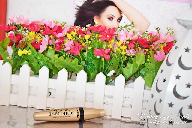 ROSEGAL | granatowe kozaki, tusz do rzęs i wiosenne kwiaty.