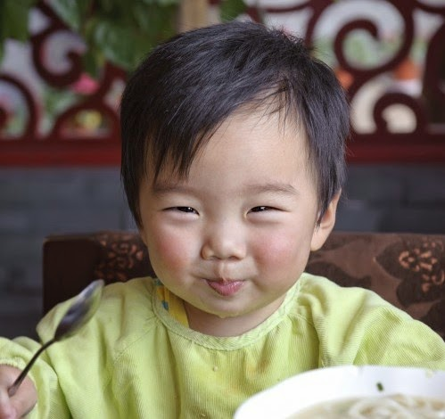 Foto Bayi Ganteng Asal Cina Sedang Makan