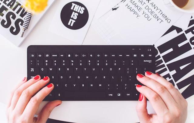 Bloggerin an der Tastatur bei der Werbungskennzeichnung