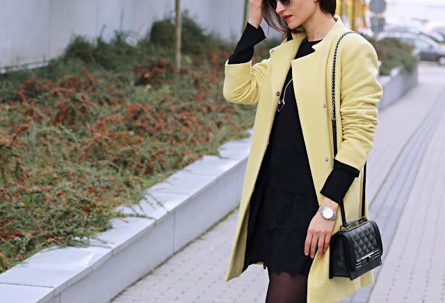 pastelele, pastele zimą, Novamoda streetstyle, novamoda style, novamoda stylizacje, bananowy, pastelowy płaszcz, jesienne inspiracje, jesienny płaszcz, jesienny styl, street style zima, rajstopy, koronkowa spódnica, blog po 30 ce, w jej stylu, kobiety, classy in the city