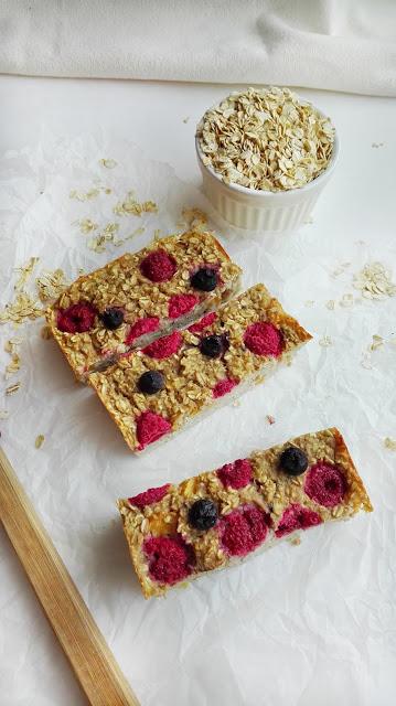 Pieczona owsianka z owocami, zdrowe śniadanie lub szybka przekąska