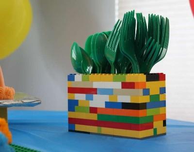 7. Lego jadi tempat menyimpan alat makan