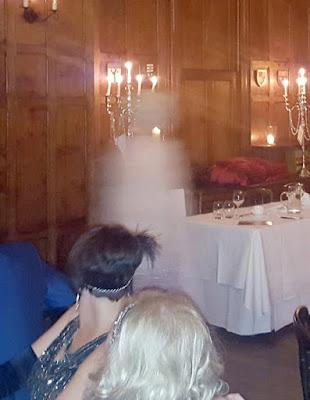 Mulher fotografa fantasma em evento de caridade após convidados sentirem presença misteriosa no ambiente