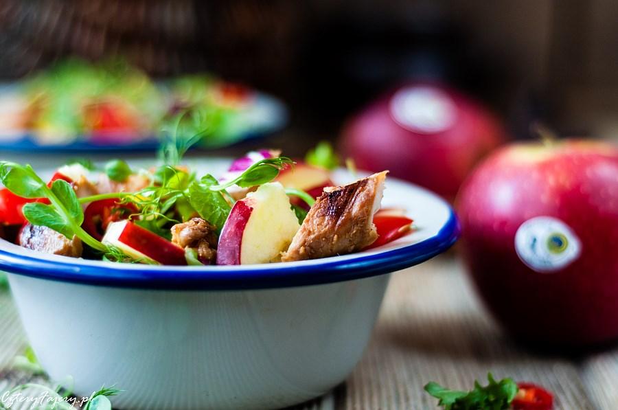 Salatka-z-grillowanym-kurczakiem-i-jablkiem